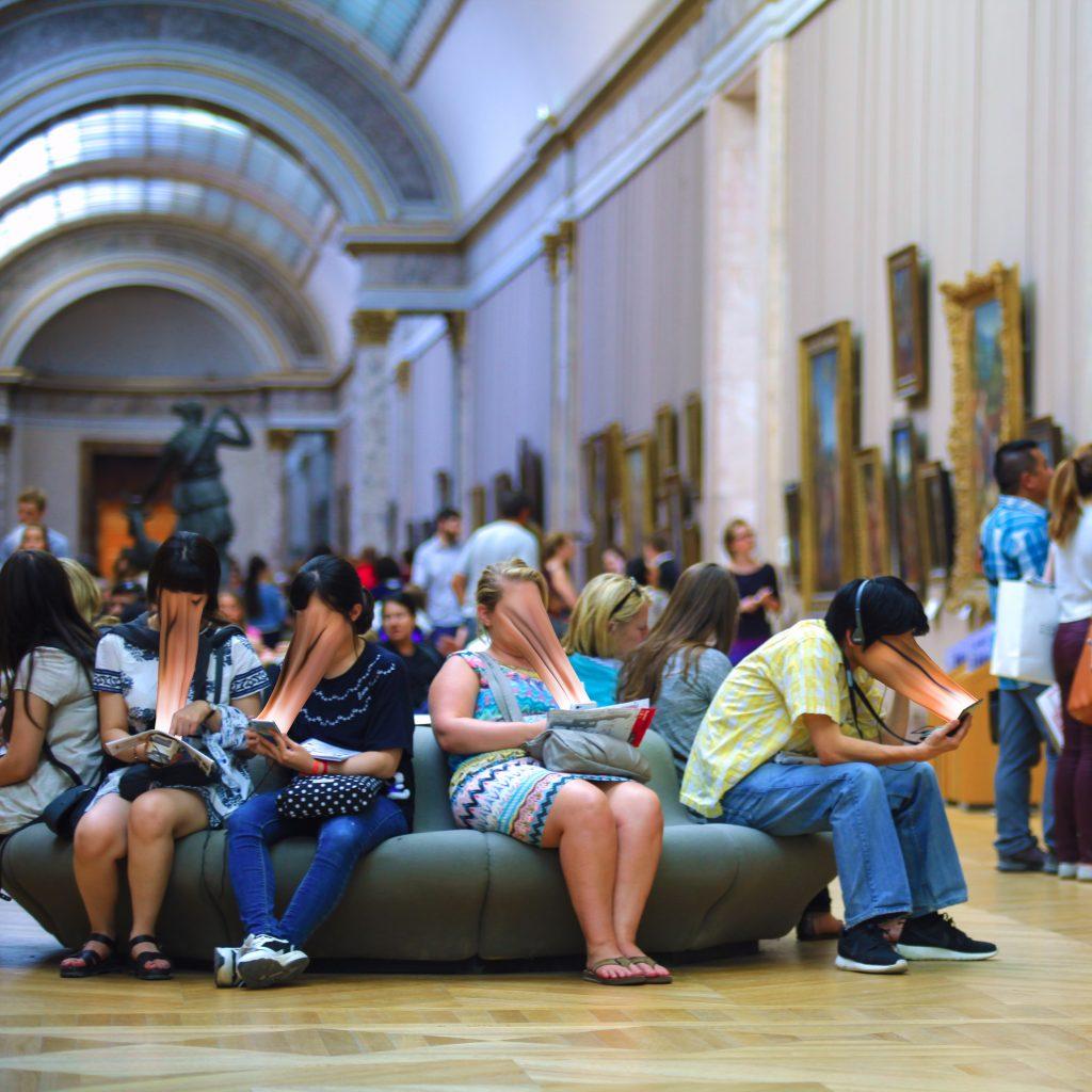 Mensen in het Louvre die in hun telefoon gezogen worden