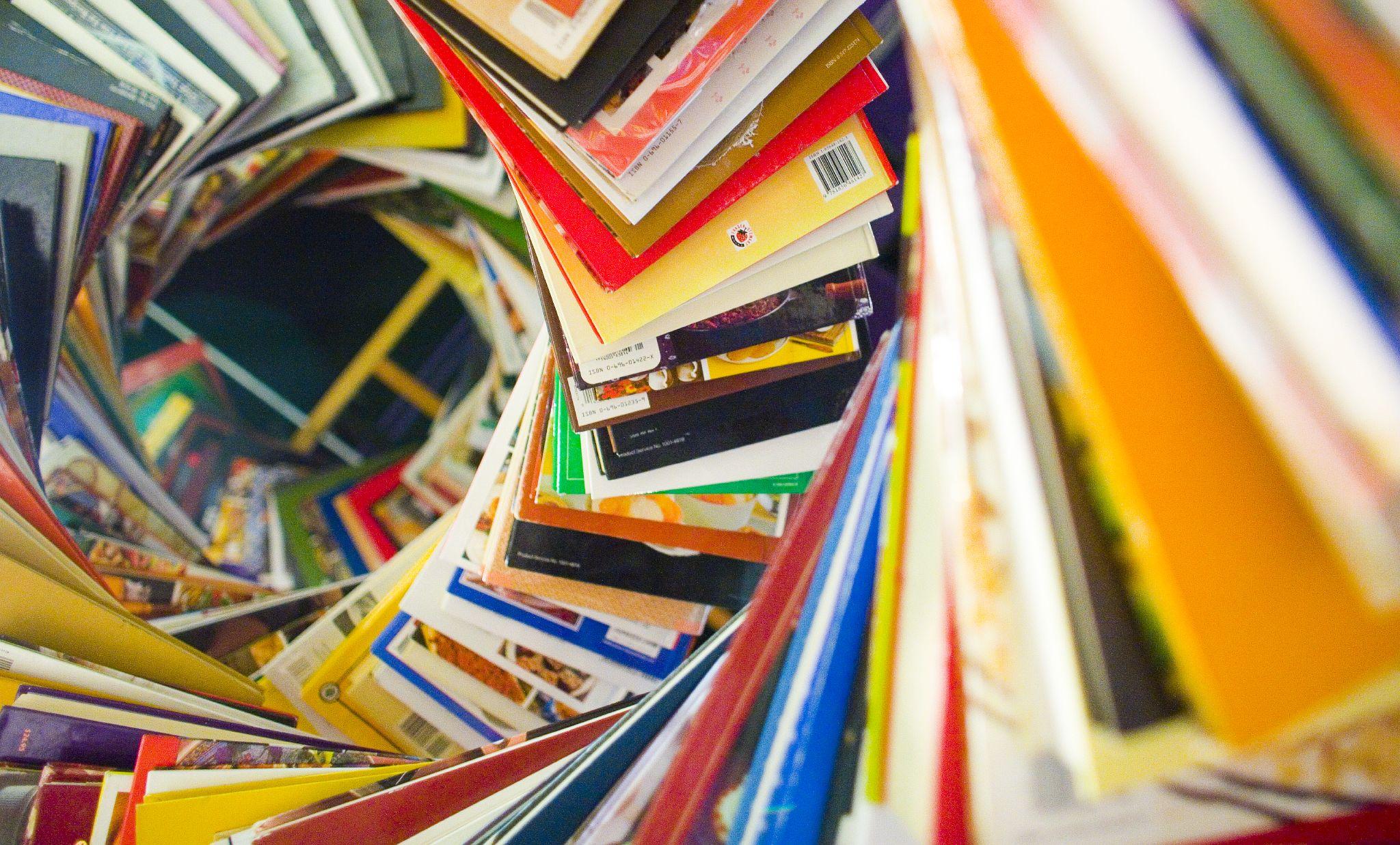 Boeken gestapeld in de vorm van een DNA helix