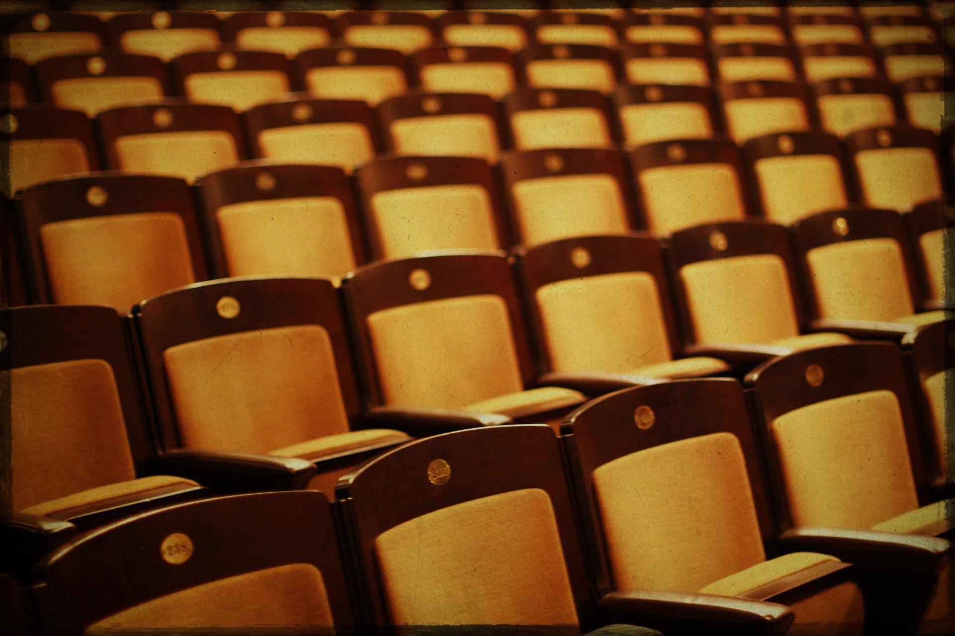 Stoelen in een auditorium