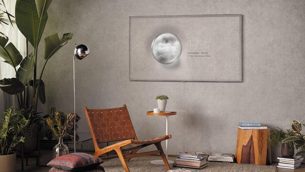 Een TV met daarop een foto van de muur erachter