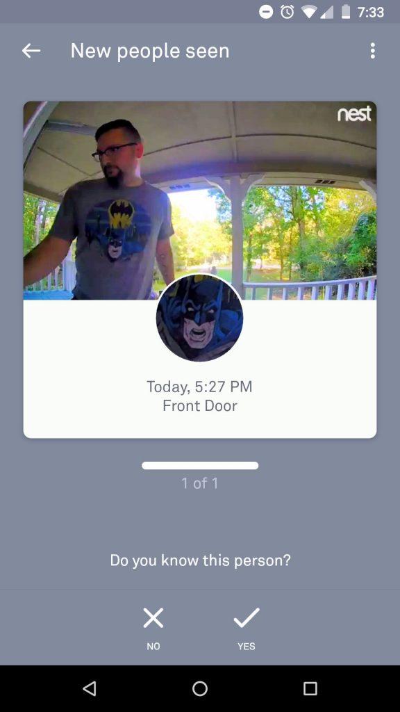 Man belt aan met Batman shit, bel herkent het gezicht van Batman
