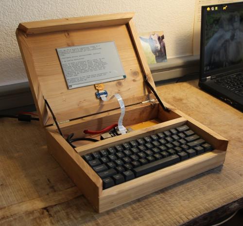 Een digitale typmachine in een kist