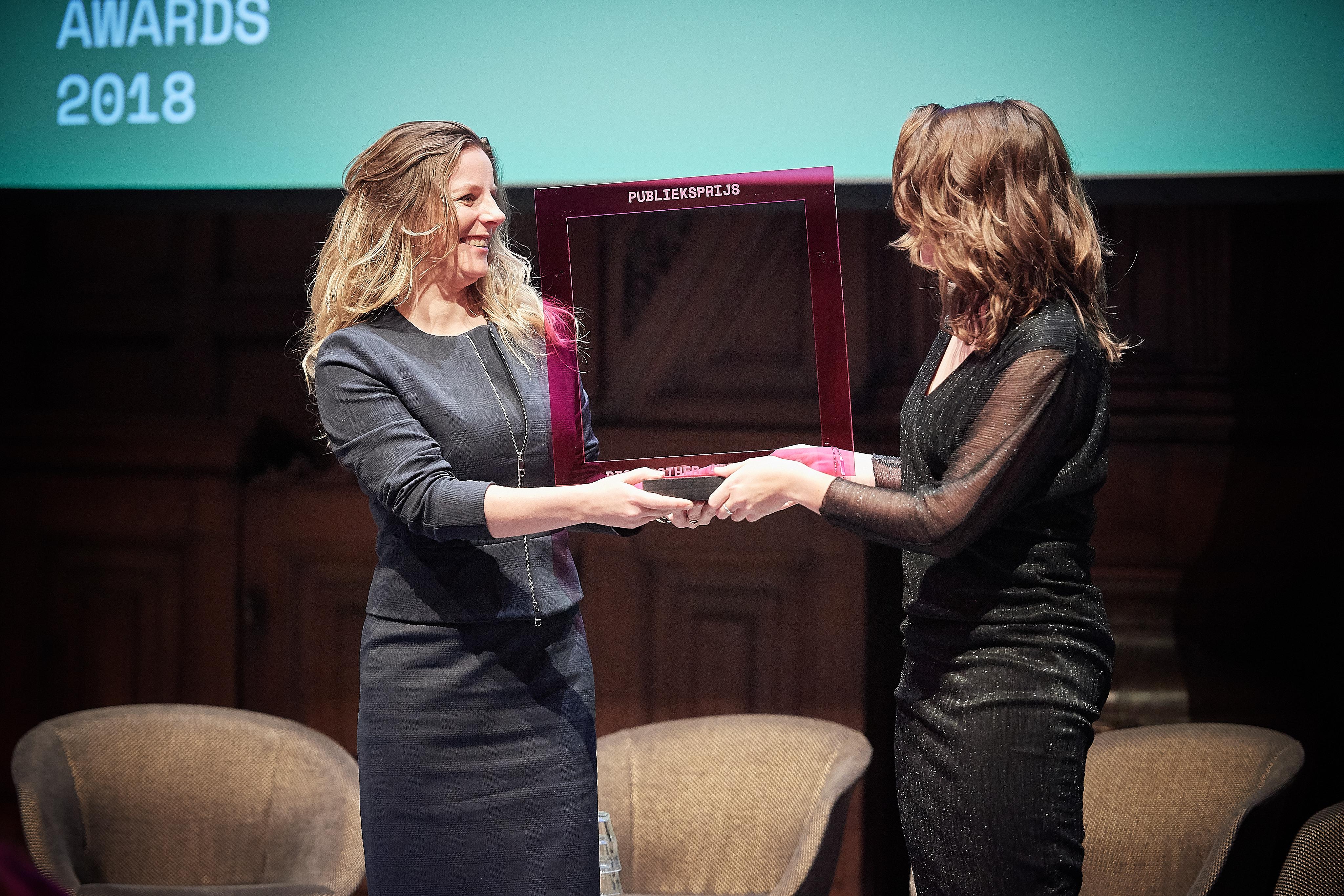 Liv van der Veen neemt namens de Kamer van Koophandel de Publieksprijs in handen. Foto: Jeroen Mooijman (CC BY-NC-ND 4.0)