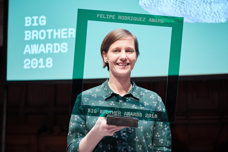 Kirsten Fiedler met haar Felipe Rodriguez Award. Monique Steijns, Joost Elten Kiene. Foto: Jeroen Mooijman (CC BY-NC-ND 4.0)