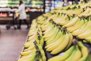 Een rij bananen in een supermarkt