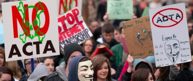 Afbeelding gebaseerd op ACTA Protest on the streets of Dublin van Sebastian Dooris (licentie: CC BY 2.0)